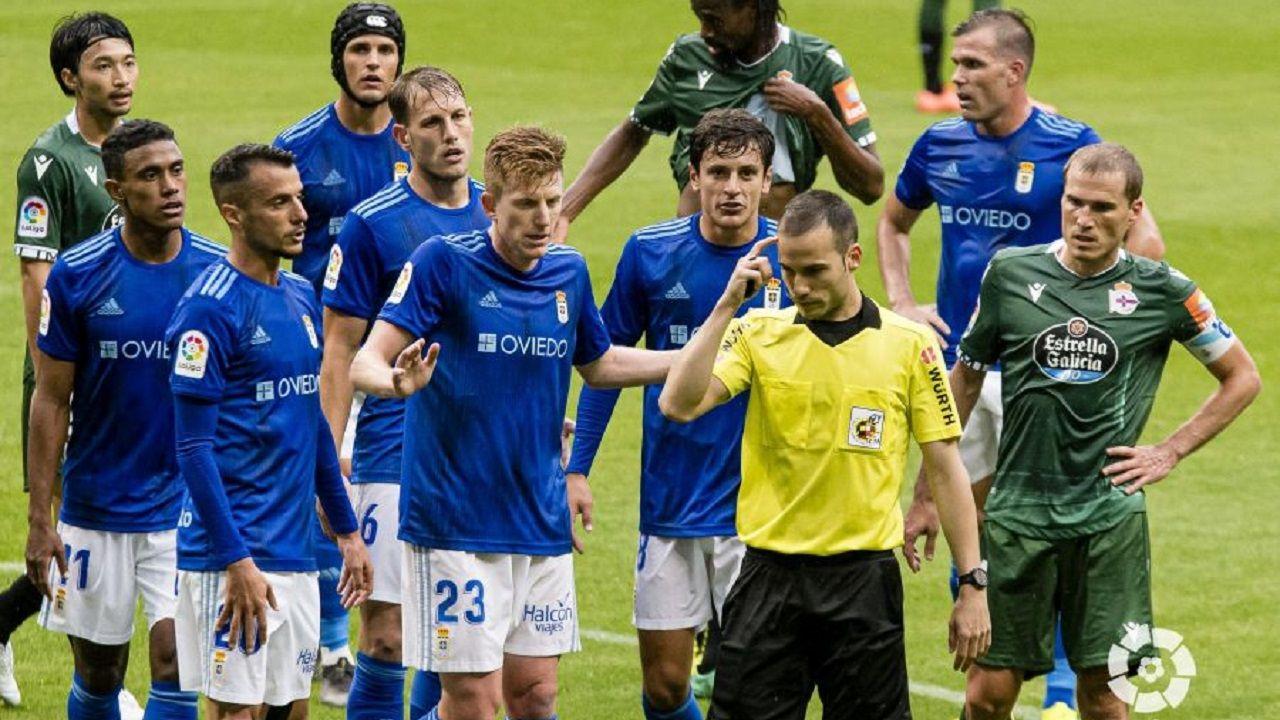 Los jugadores del Oviedo protestan el penalti de Tejera