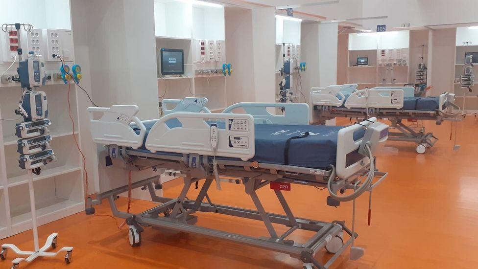 Nuevas camas de UCI habilitadas en el gimnasio del HUCA