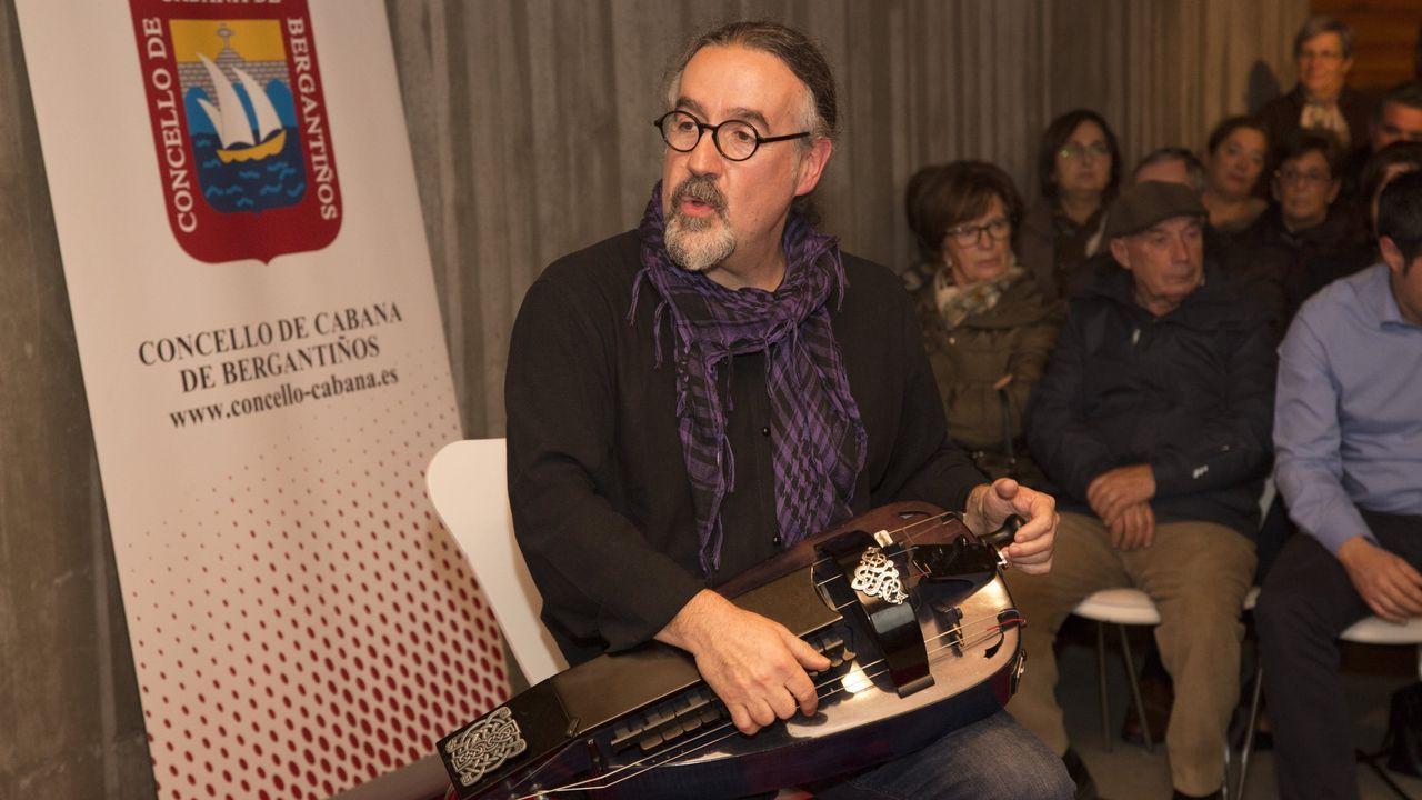 Bieito Romero interpreta el himno de Ourense.La Escola de Gaitas de Ortigueira, con el público de fondo, en la trigésima edición del festival