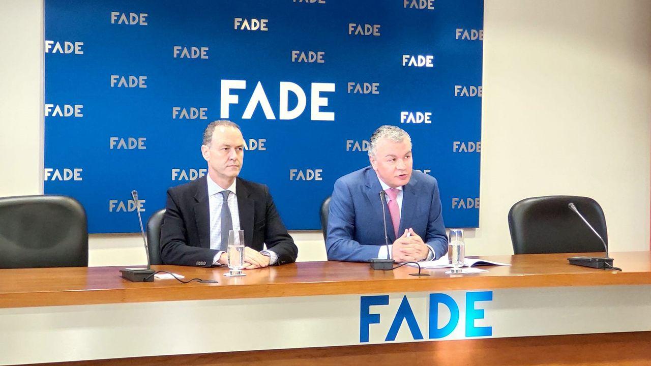 El presidente de FADE, Belarmino Feito, junto al director general de la patronal, Alberto González, en rueda de prensa