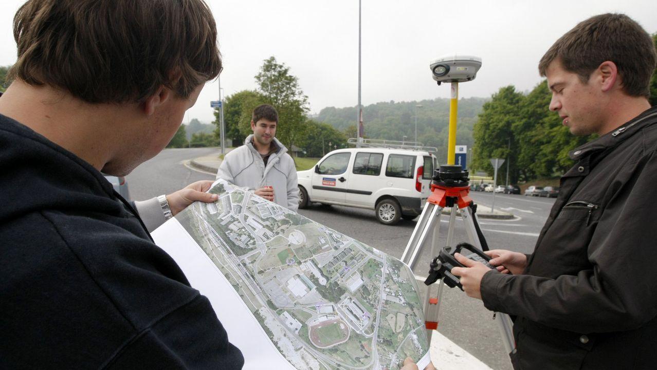 Los daños que sufre la Muralla de Lugo.Alumnos de la extinta Topografía realizando prácticas en el campus de Lugo
