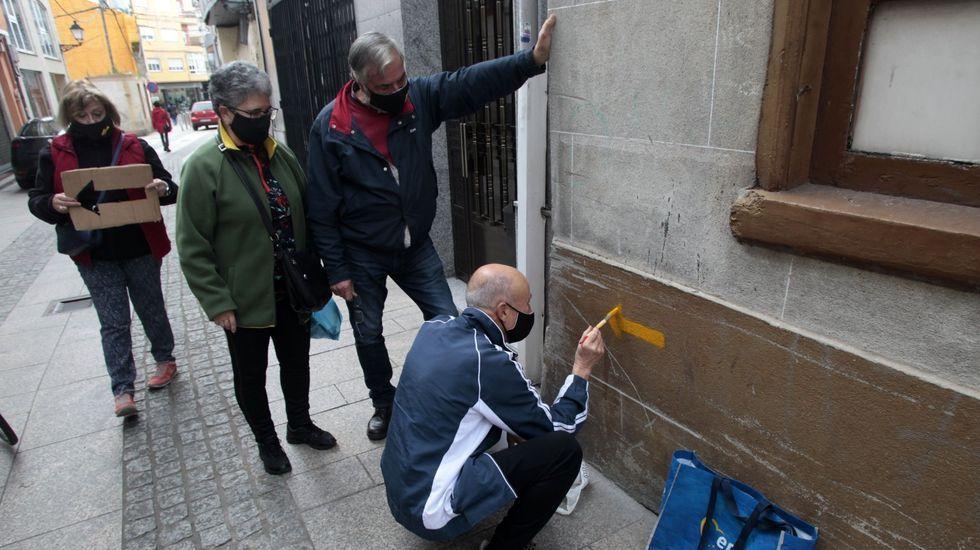 Pintado de señales por parte de miembros de la asociación que preside Aida Menéndez