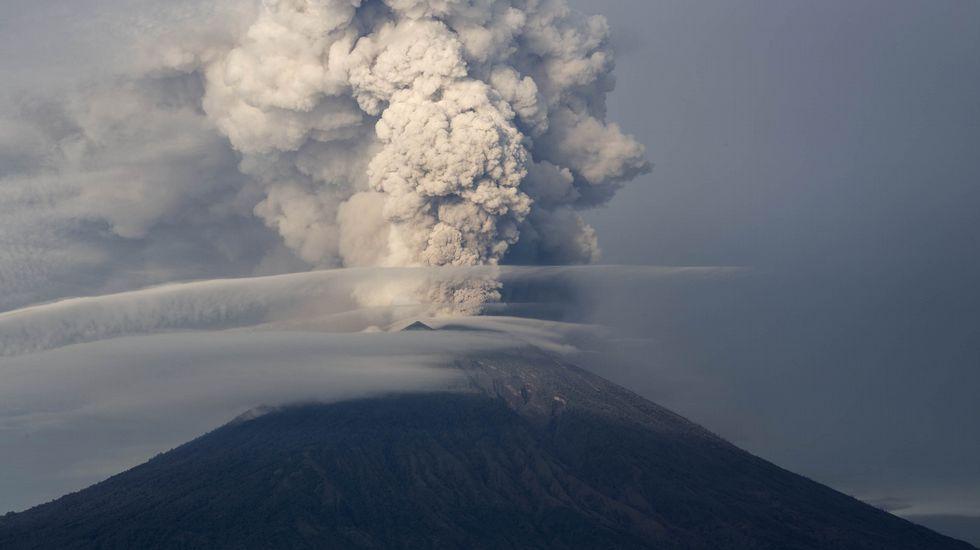Indonesia se asoma otra vez al espanto.El monte Agung, en Karangasem, en la isla Indonesia de Bali. Miles de turistas tuvieron que ser evacuados el pasado noviembre