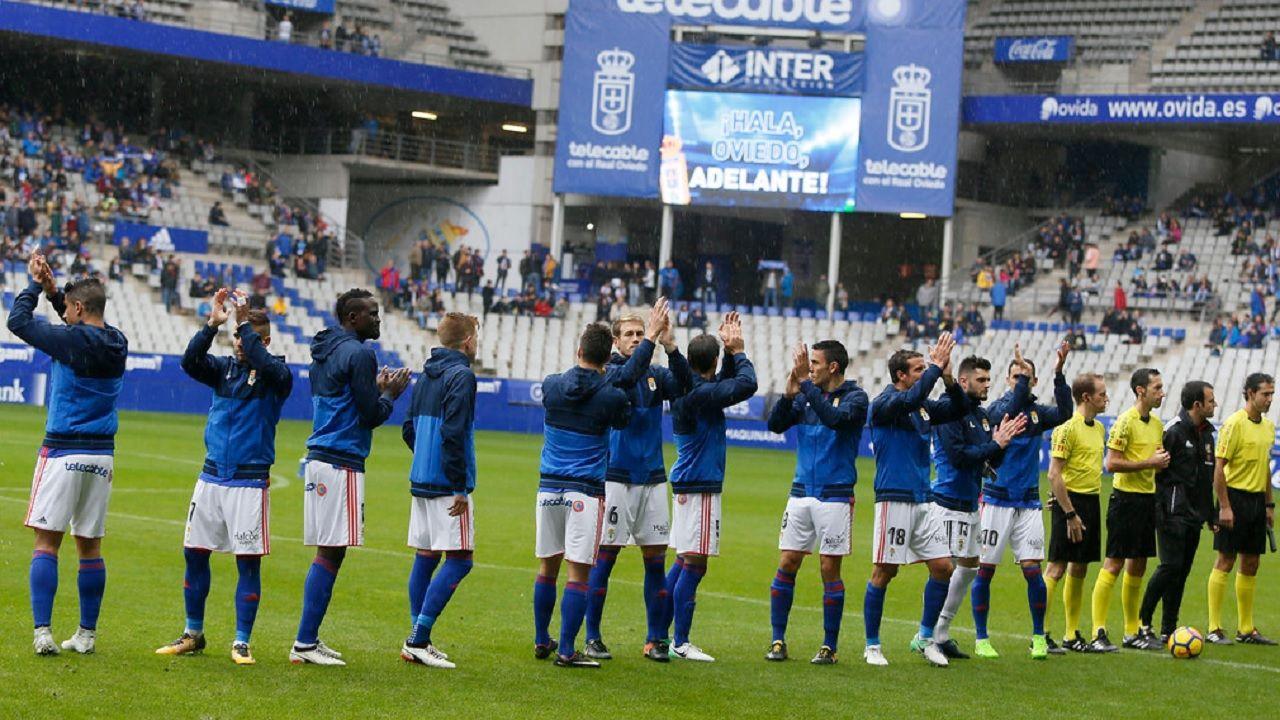 Real Oviedo Carlos Tartiere Lugo Horizontal.Los futbolistas del Real Oviedo saludan antes de enfrentarse al Lugo en el Tartiere