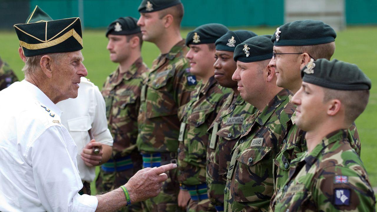 El duque de Edimburgo, visitando a las tropas británicas en Paderborn (Alemania) el 29 de julio del 2011