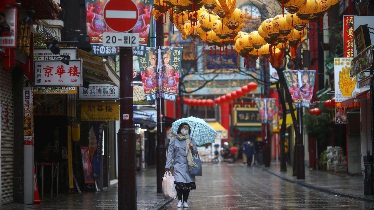 Una mujer pasea por el Chinatown de Yokohama, en Tokio.
