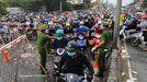 Miles de personas tratan de volver a casa desde sus trabajos a través de un punto de control en la ciudad vietnamita de Ho Chi Minh, la antigua Saigón