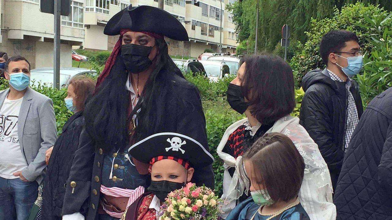 Berto y su pareja, ataviados como piratas, el pasado viernes en un juzgado de Vigo