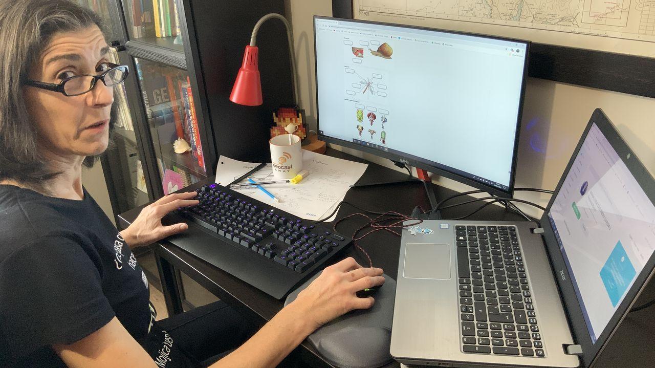 Marisa Castiñeira digitaliza sus clases que sube a la plataforma de Aulas Virtuais de su instituto. Aquí puede entregar y recibir trabajos. «Hai moitos profesores que innovan con canais en YouTube, como Xeoclip, ou Aulas Galegas, un portal educativo onde varios compañeiros compartimos recursos», indica