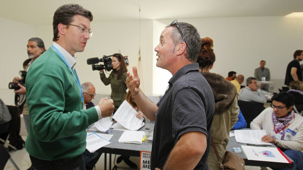 Dos integrantes de las listas del PP y de Compostela Aberta, Pedro Rey y Xan Duro, conversan en el CGAC.