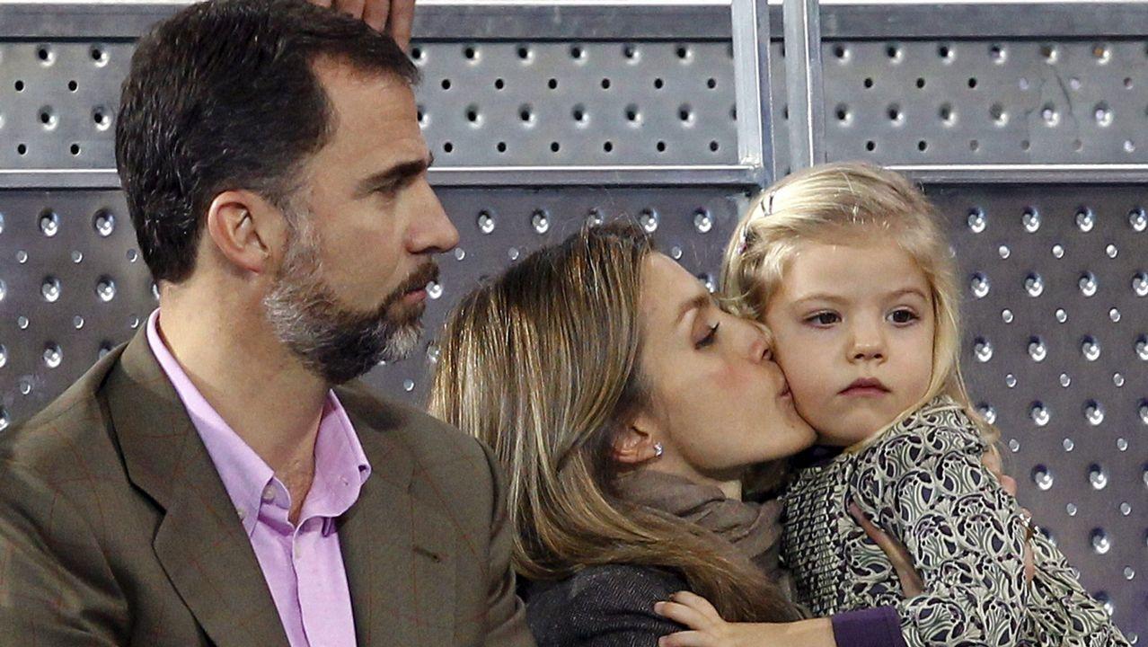 La reina Letizia besa a su hija, la infanta Sofía, ante el príncipe Felipe durante un partido entre Rafa Nadal y Roger Federer, en diciembre de 2010