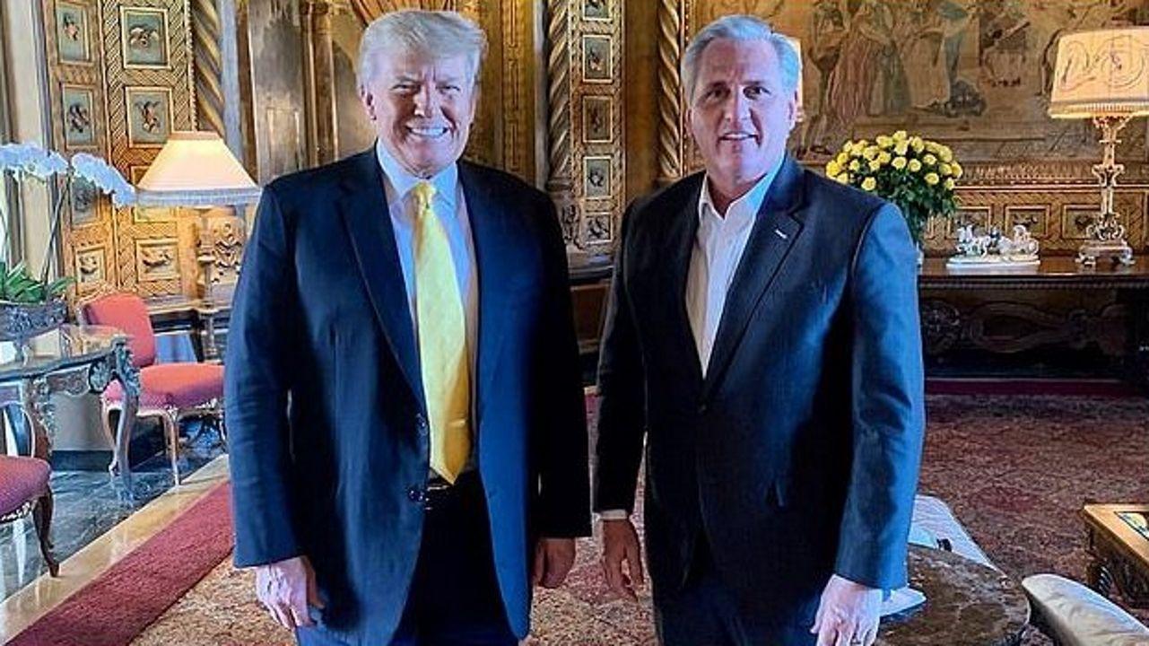 Cita en Florida. El líder de la minoría republicana de la Cámara Baja, Kevin McCarthy, visitó a Trump en su mansión Mar-a-Lago para reconciliarse con él y estudiar cómo el partido puede lograr la mayoría  en los comicios legislativos de mitad de mandato
