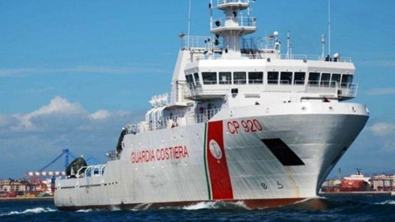 Primeiras horas de Carballeira en Zas: ¡chegan as mellores imaxes!.La patrullera Gregoretti, de la Guardia Costera italiana