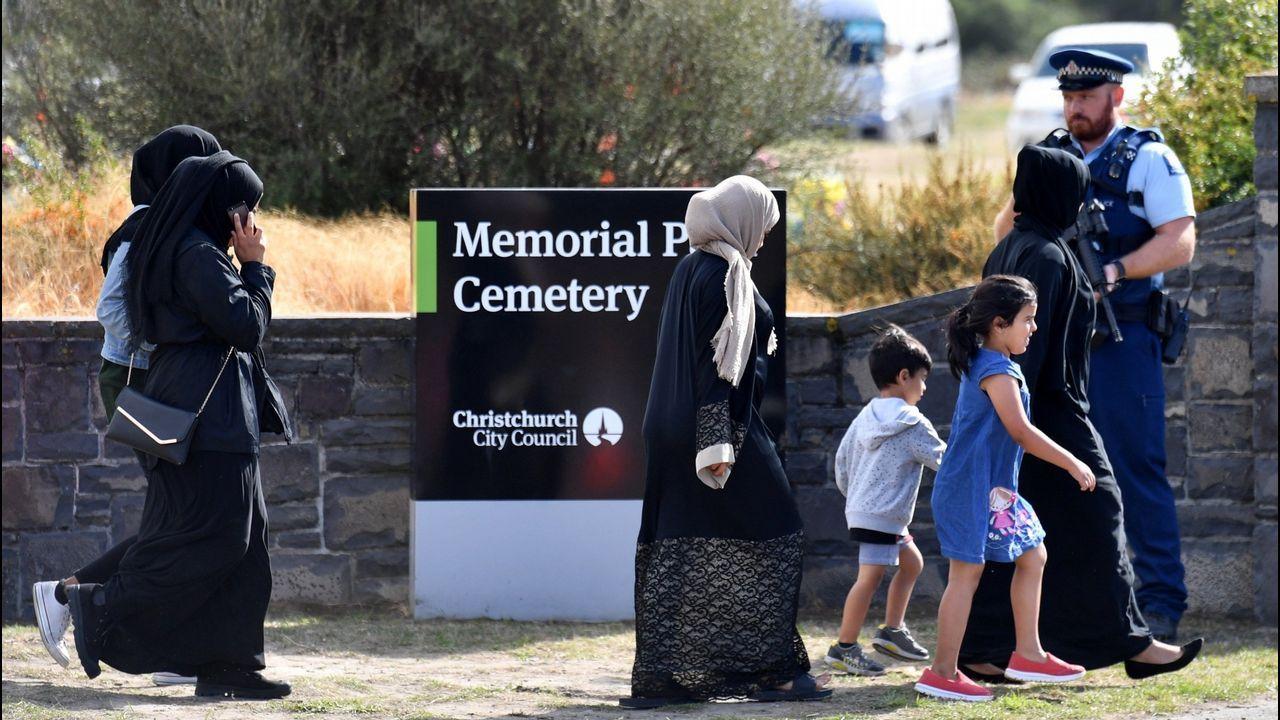 Un grupo de personas llegan al cementerio Memorial Park de Christchurch para asistir al funeral de dos de las víctimas de la matanza