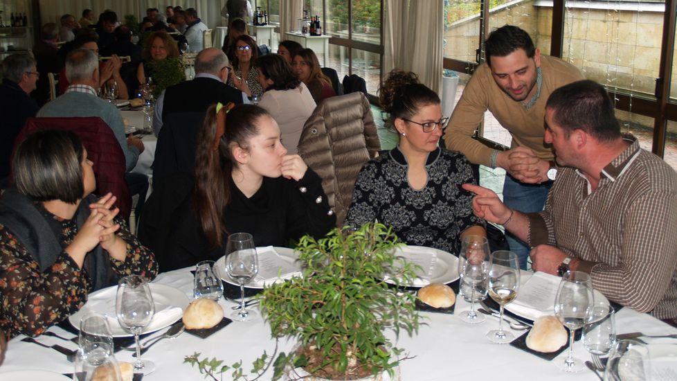 Rubén Moure (de pie) elabora algún vino en colaboración con la bodega de Pablo Gonzalez (a la derecha)