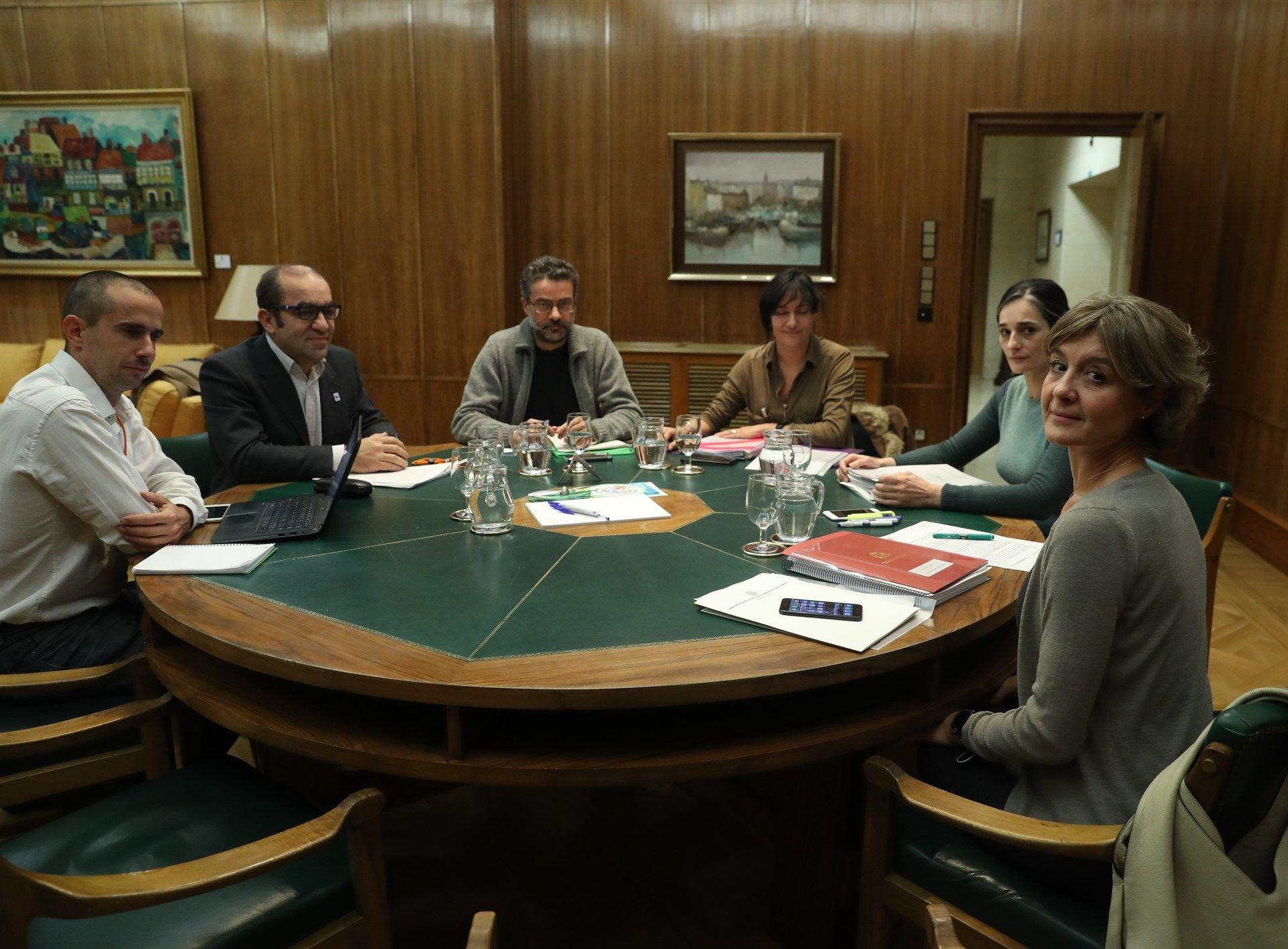 Isabel García Tejerina junto a los representantes de ONG