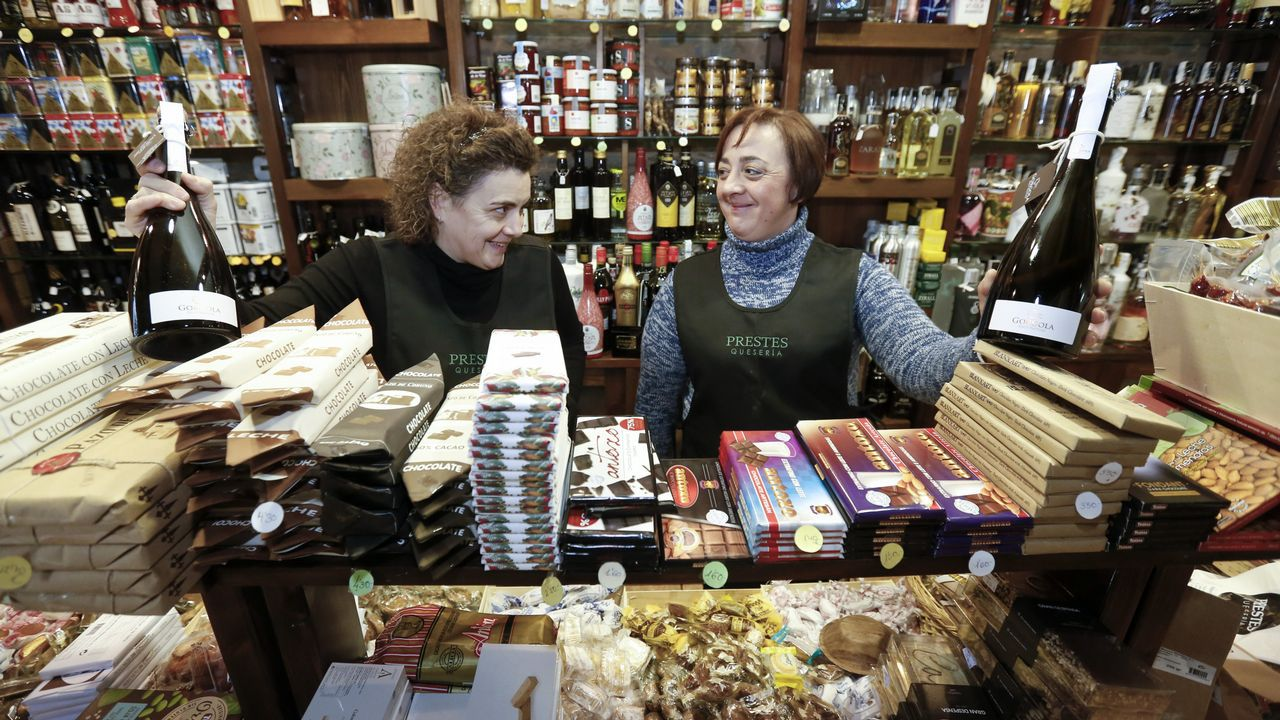 La tienda delicatessen. Adela Fernández, de la queseria, Prestes, sí cree que los agraciados realizarán la mayor parte del gasto en el pueblo.