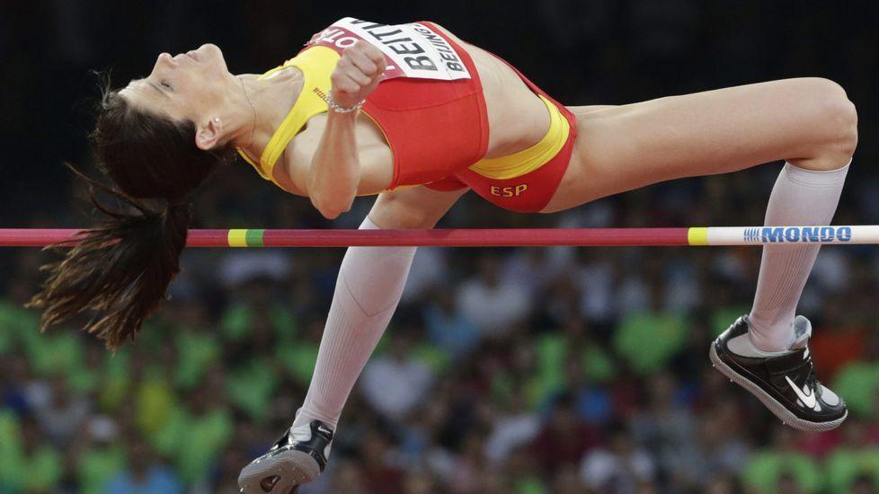 Aguilar, ayudada después de ruzar la meta en Pekín