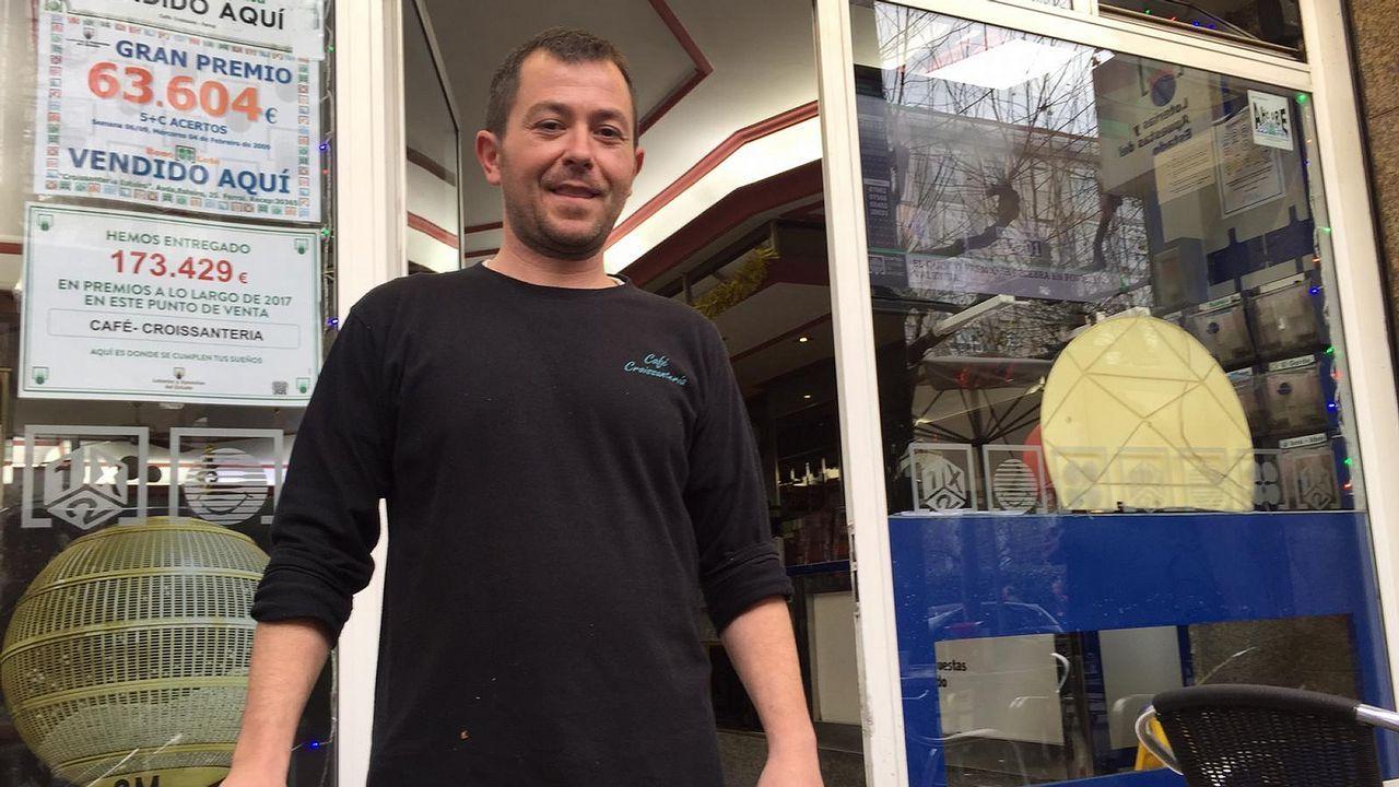 Roberto Fernández, del Café Croissantería de Ferrol, que despachó un décimo premiado de quinta categoría