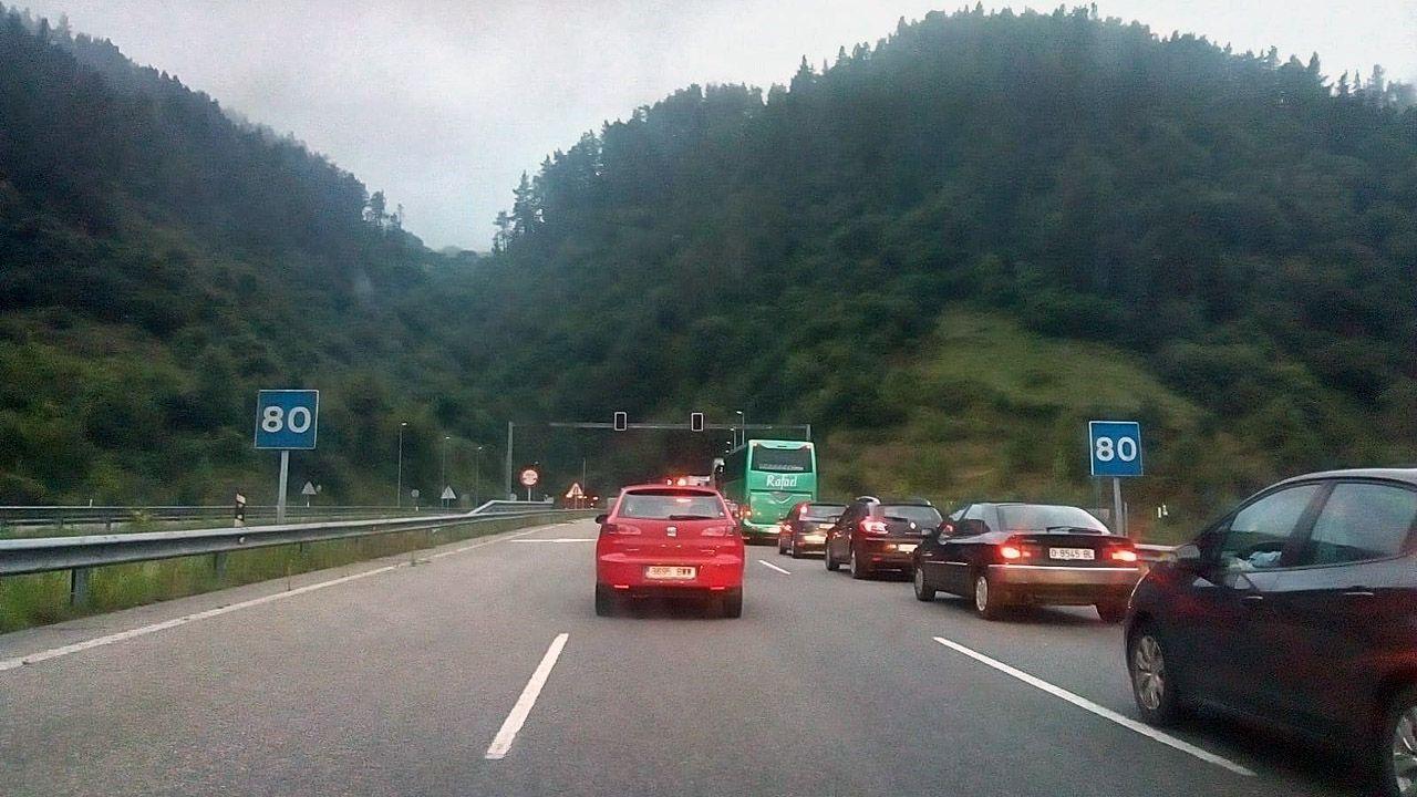 MAGOSTO EN MONTEALEGRE.Coches retenidos a la entrada del túnel de Fabares, en la autovía del Cantábrico, a su paso por Villaviciosa
