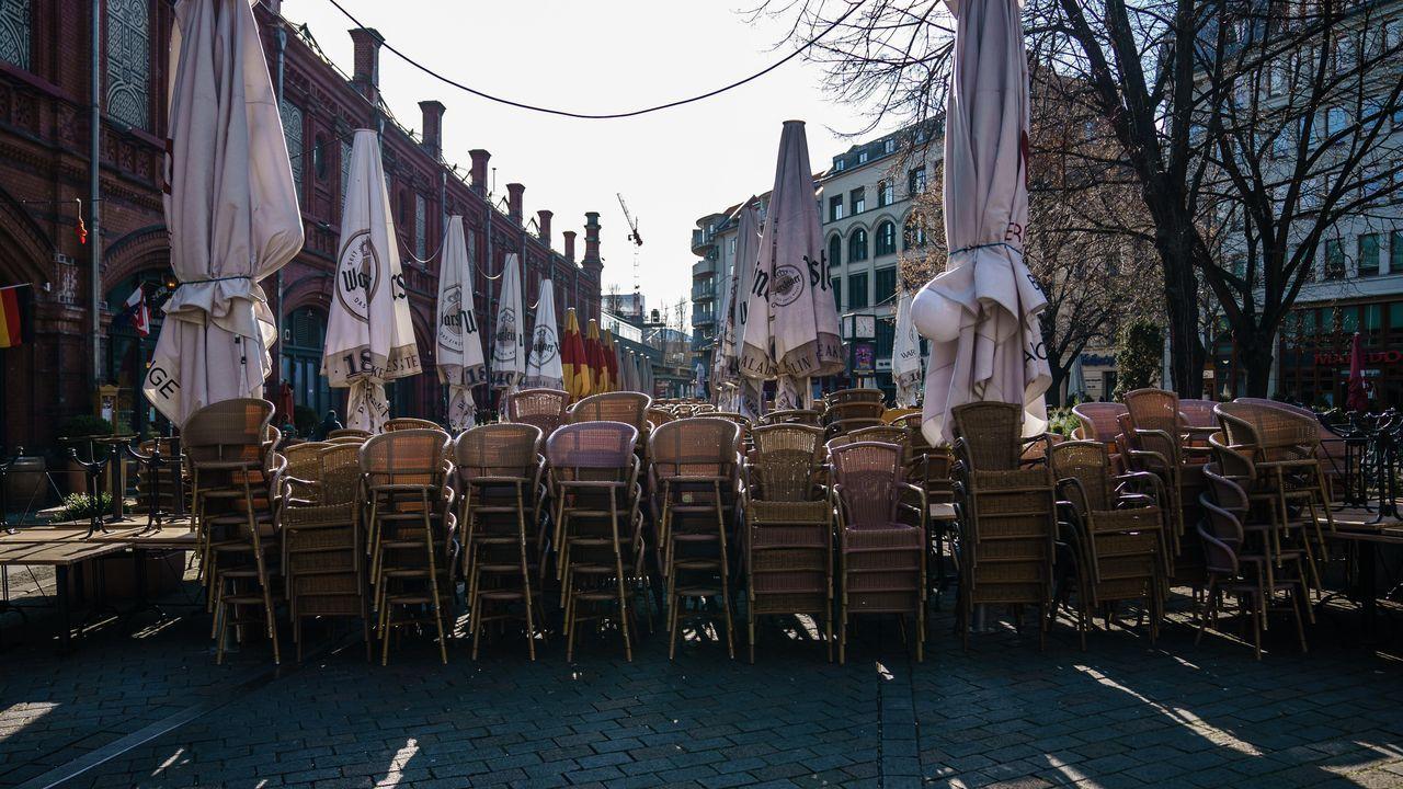 Estos son los rostros de la Calle de la Alegría.Sillas apiladas en los restaurantes cerrados de Berlín.