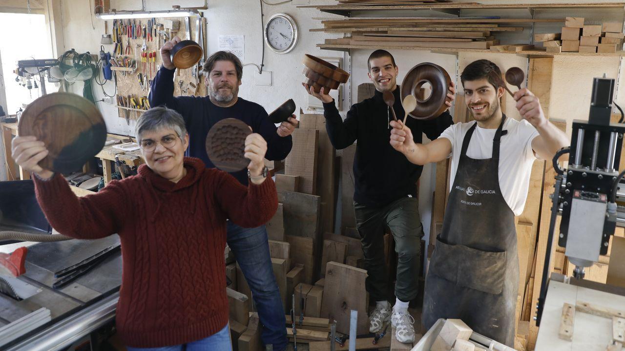 Isabel Lorenzo, Fernando Sangiovanni y sus hijos Agustín y Joaquín muestran algunas de las piezas únicas elaboradas en su taller de San Lázaro a partir de maderas como roble, nogal, cerezo o fresno. Creaciones ya reclamadas por distintos chefs. «Es un trabajo duro, pero que da muchas alegrías», enfatiza Fernando