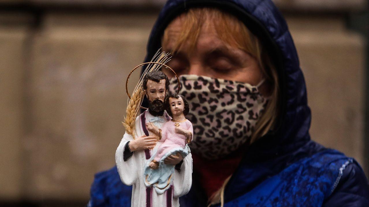 Os Eidos, patrimonio recuperado de Redondela.Una mujer carga una imagen de San Cayetano ayer durante la celebración de su día, en Buenos Aires