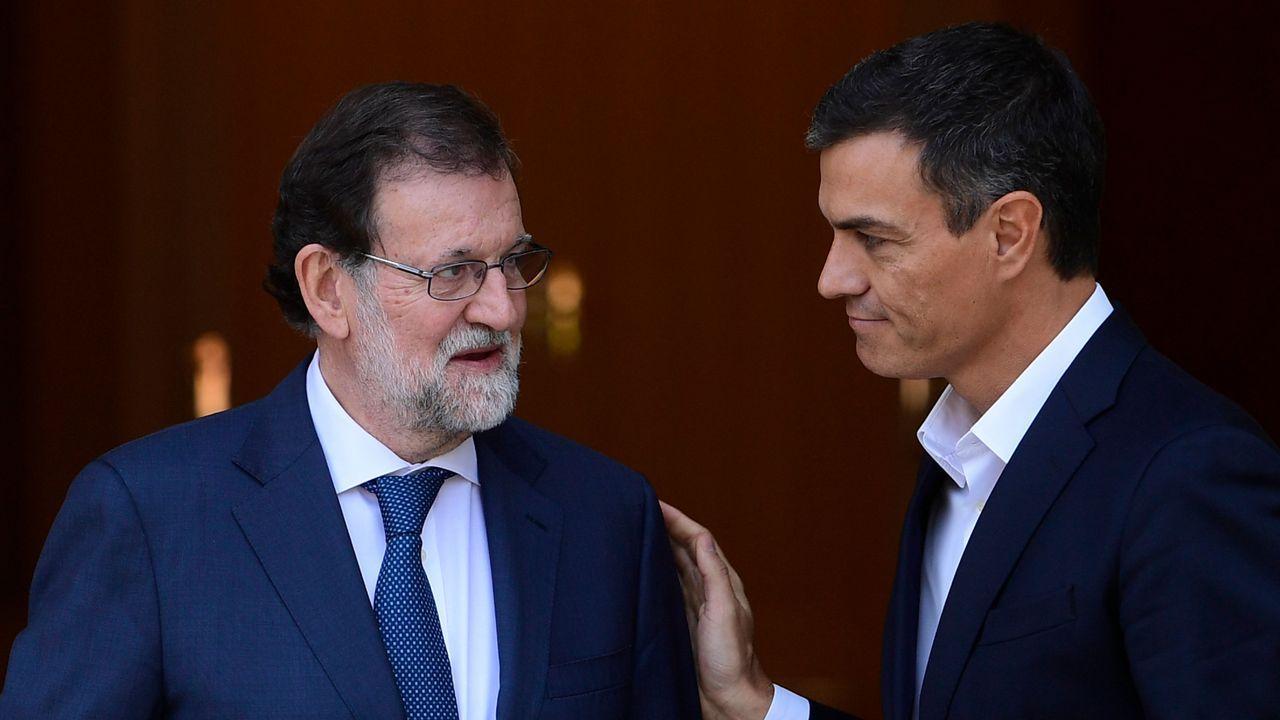 Rajoy y Sánchez, se saludan tras el debate de la moción de censura
