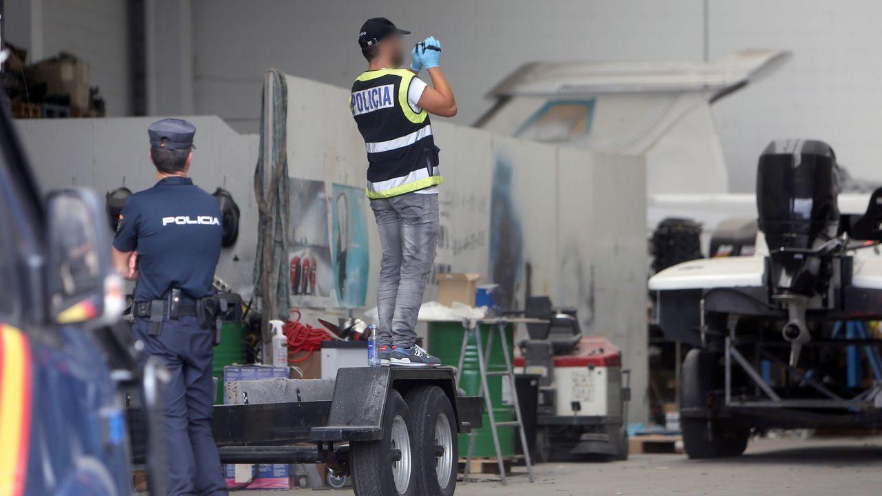 Incautados 25 kilos de cocaína en Marín ocultos en la puerta de un contenedor.Barco Sempre Cacharelos, propiedad de Serafín Pego, uno de los detenidos en la última operación contra el narcotráfico, amarrado en el muelle de A Laxe, junto al barco de aduanas