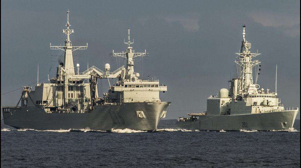 El «Cantabria», en plena tarea de abastecimiento de combustible en el mar