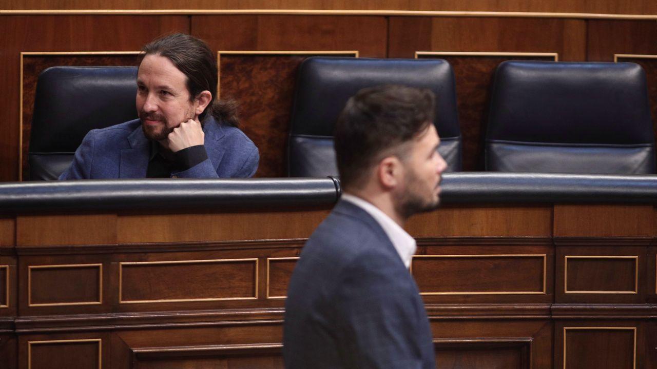 Rufián pasa ante Iglesias en la sesión del control al Gobierno