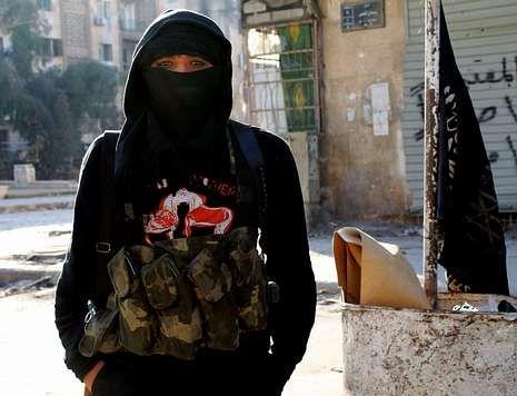 Un miembro del frente yihadista Al Nusra se deja fotografiar en la ciudad de Alepo.