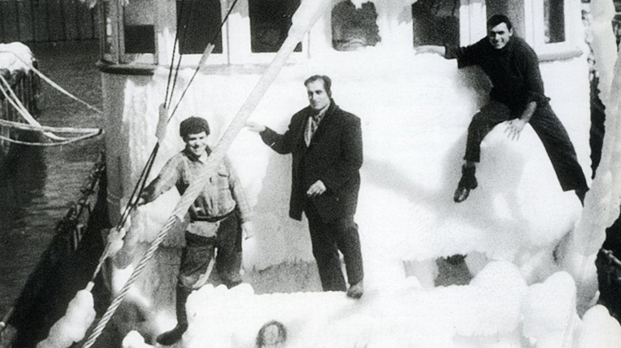 Roberto Rodríguez posa con una dorada de nueve kilos