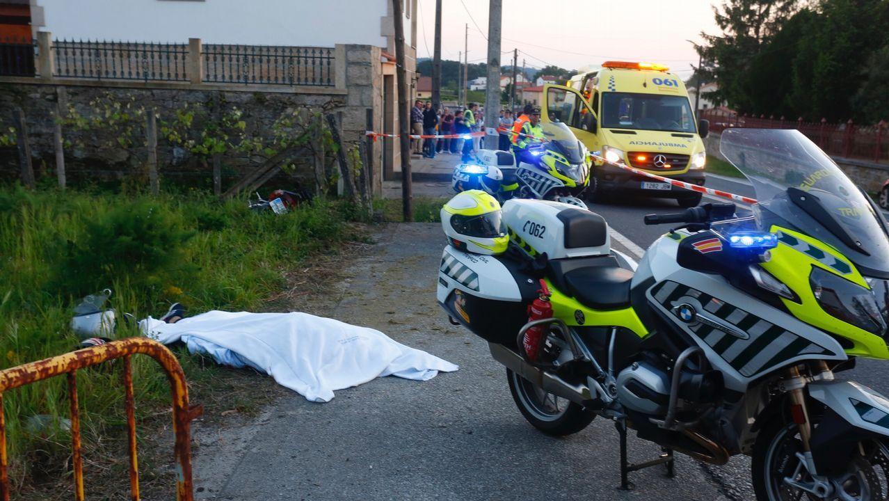 El vídeo viral del conductor temerario en Cangas del Narcea.LA ÚLTIMA VÍCTIMA Una sábana tapa el cuerpo de la mujer que murió el domingo por la tarde en un accidente de moto en Catoira. Iba de pasajera en una moto que fue  a estrellarse contra una estructura de madera en el lado izquierdo de la carretera. Es la última víctima de un accidente de moto en Galicia.