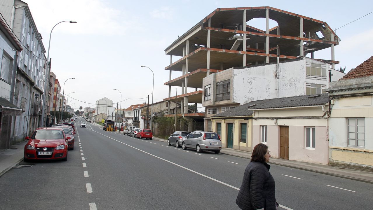 Esqueleto de un edificio que se eterniza en esa situación en la zona de Piñeiros, en Naron