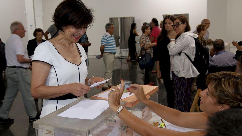Dolores Galovart, número uno del PSOE al Congreso por la provincia de Pontevedra, votando en la Casa das Artes de Vigo