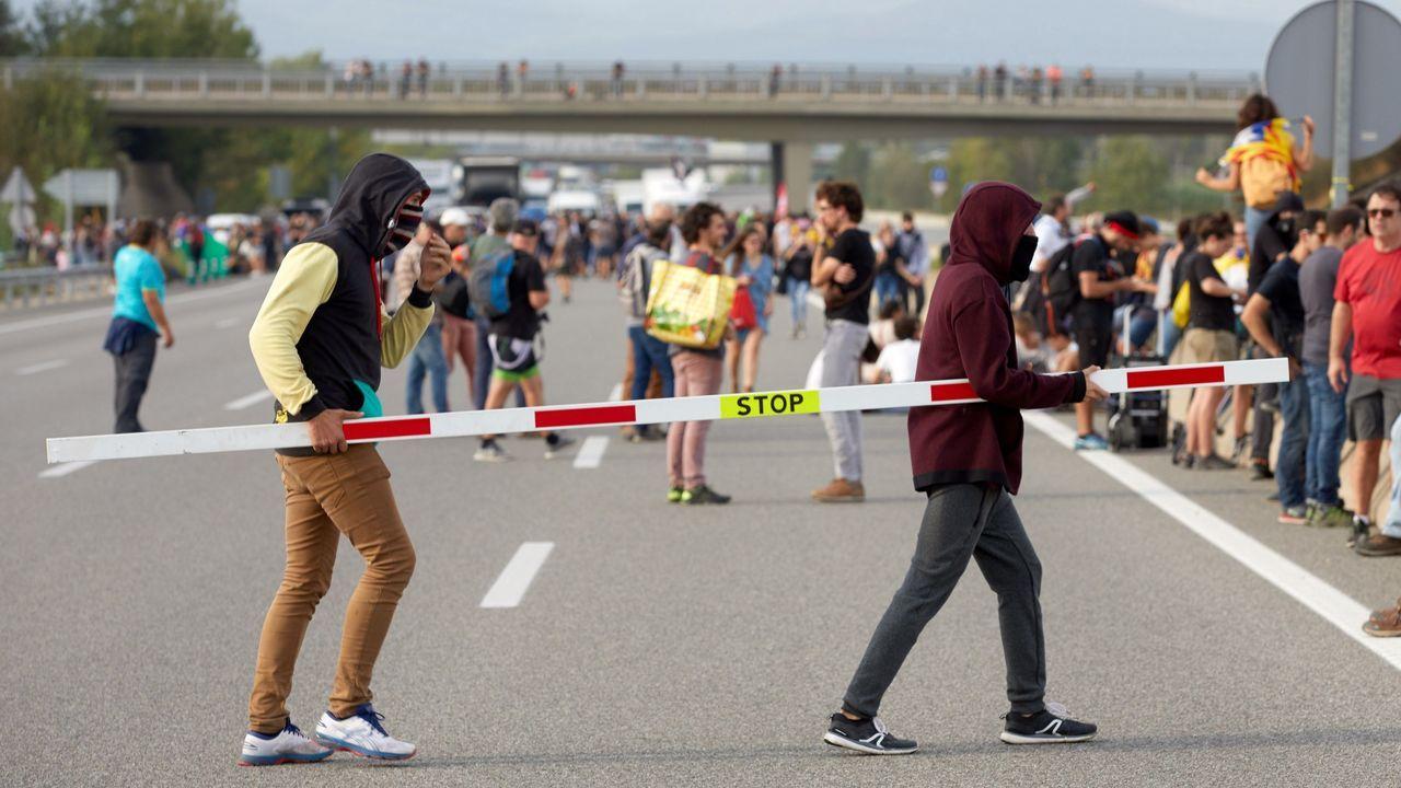 Manifestantes independentistas proceden a cortar la autopista AP-7 en Gerona