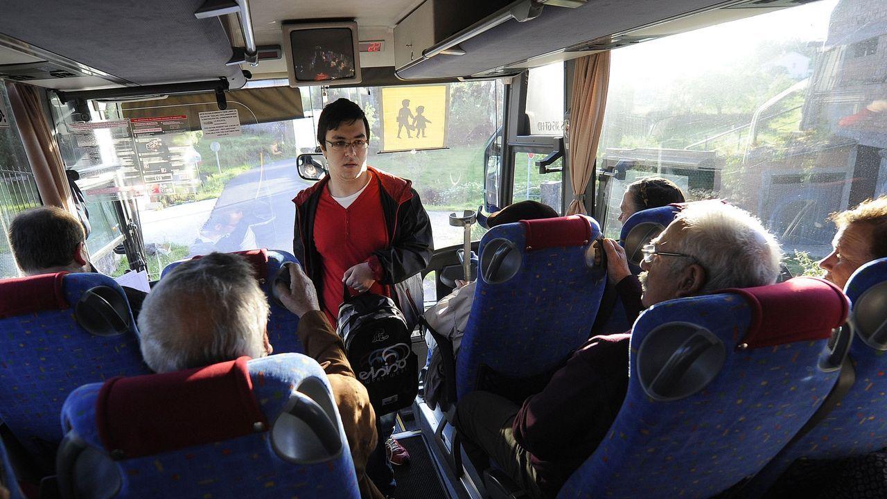 Imagen anterior a la pandemia de un autobús escolar compartido