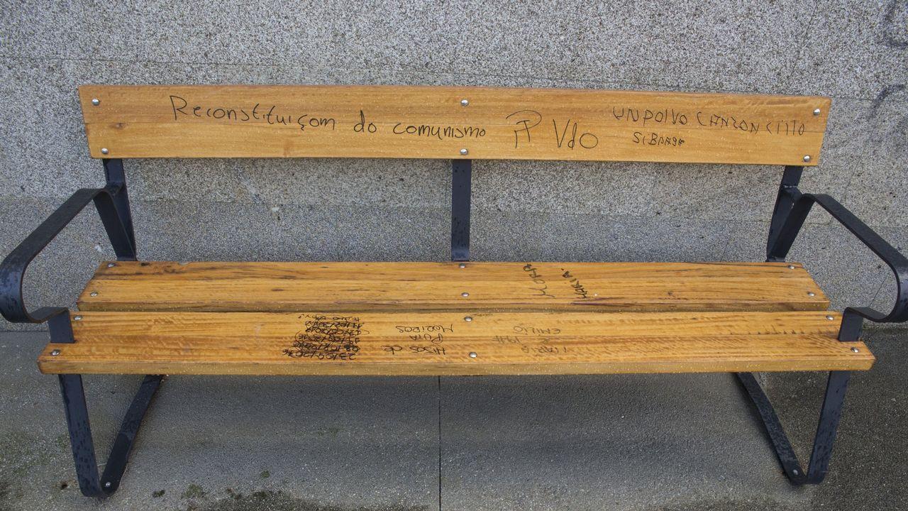 Los vándalos también se ceban con el mobiliario urbano. En la imagen, entorno del Rego da Balsa, en Carballo
