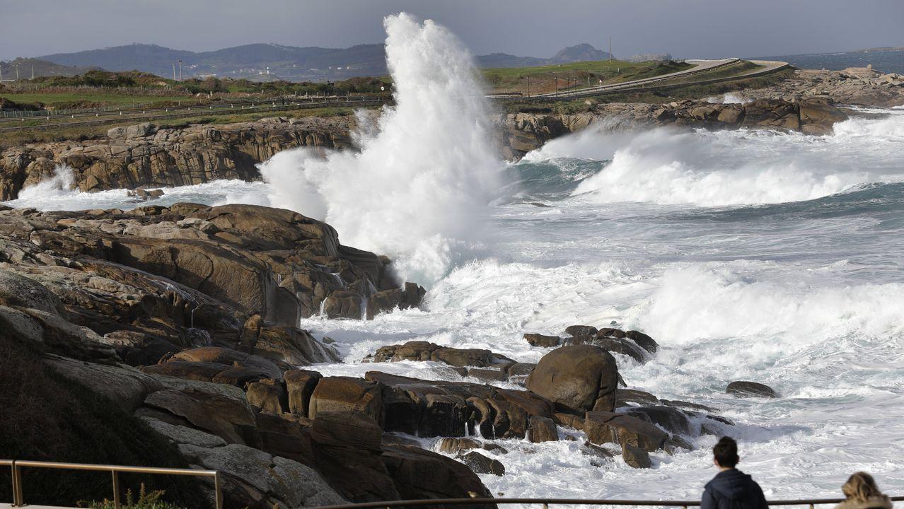 Lluvia de juguetes en las calles de A Coruña.Imagen del fuerte oleaje ayer en la costa de Burela