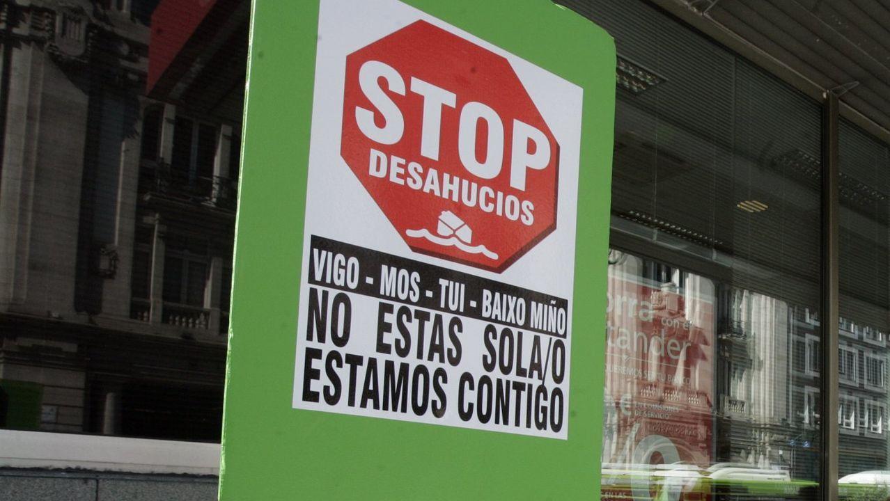 Colas para entrar en el edificio de la Xunta en Vigo