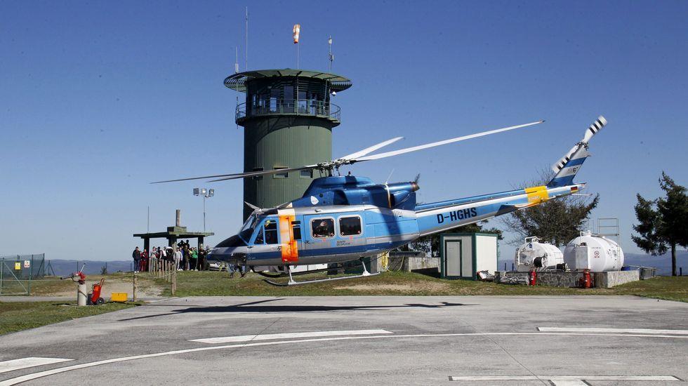 Momento no que despega o helicóptero, cos estudantes ao fondo