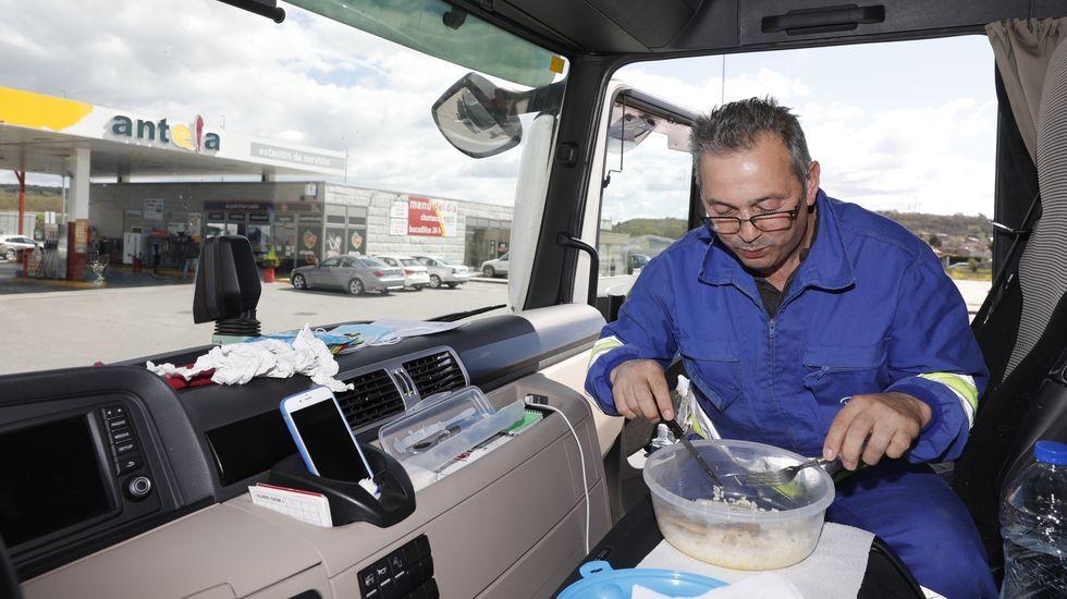 Veciños de Cortegada confeccionan mascariñas nas casas para repartir entre os veciños.Un transportista, comiendo dentro de su camión en el aparcamiento de la estación Antela