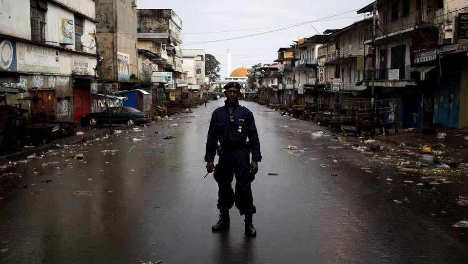 Un policía patrulla en una calle vacía en Freetown, Sierra Leona