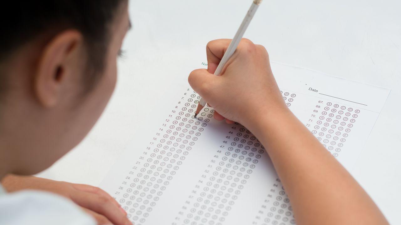 Ordenador.No exame tipo test, le ben as instrucións antes de comezar e responde primeiro as preguntas que saibas