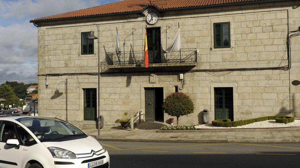 Edificios y coches en la zona de Someso. El IBI y el IVTM son los dos impuestos en los que se aplica una rebaja del 3 % por anotarse al sistema especial de pago del Ayuntamiento. Marcos Míguez