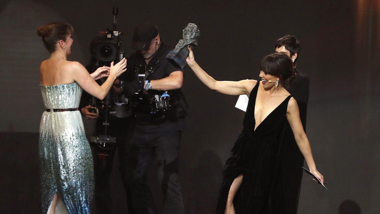 Belén Cuesta hace entrega del galardón a mejor actriz revelación a Eva Llorach