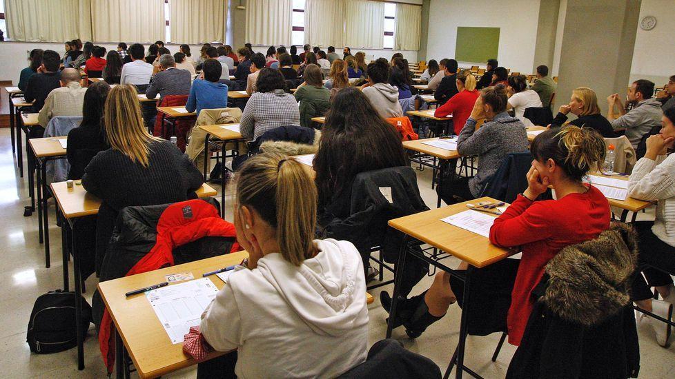 Los convocados, unos minutos antes de empezar el examen en la Facultad de Informática de A Coruña