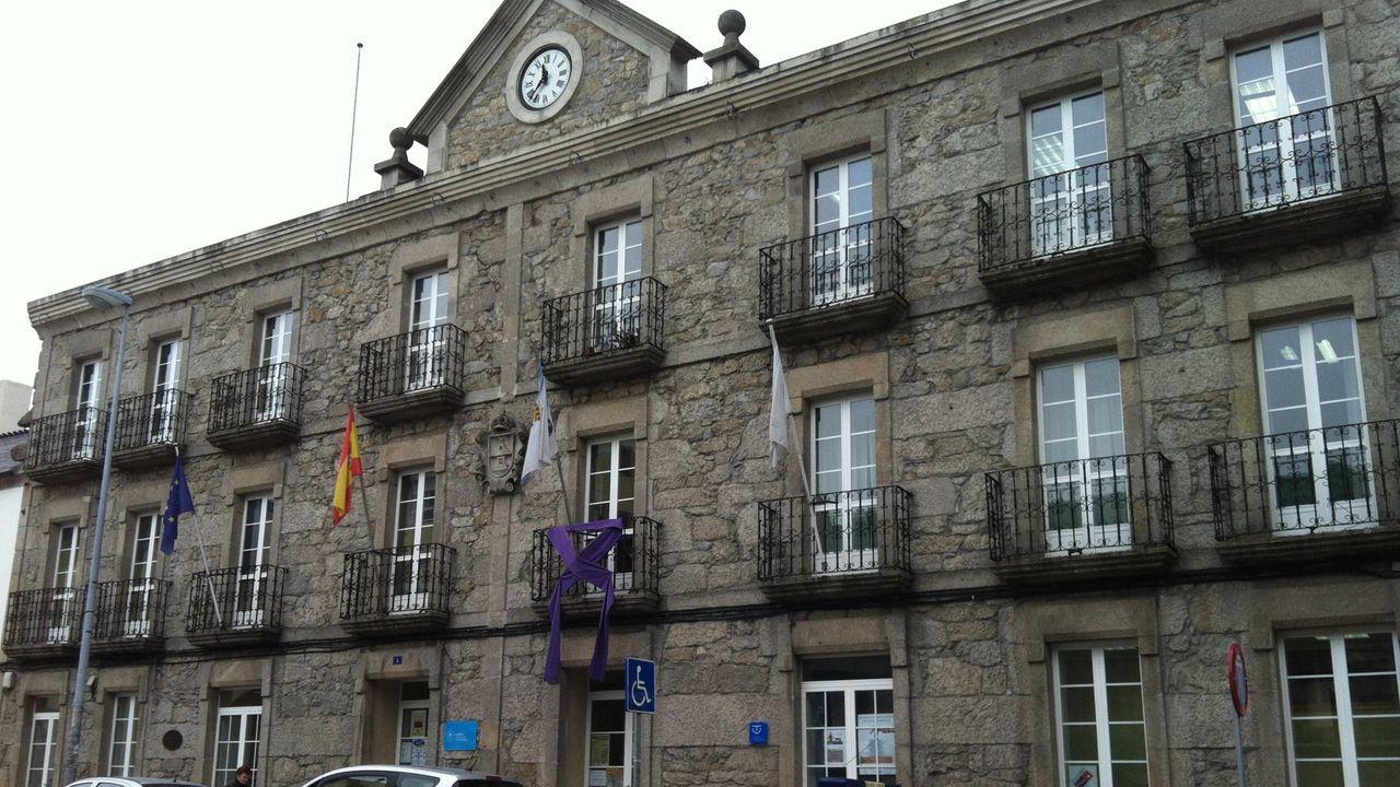 Manifestación contra el cierre del colegio de Baamonde.Fachada de la Casa do Concello de Guitiriz