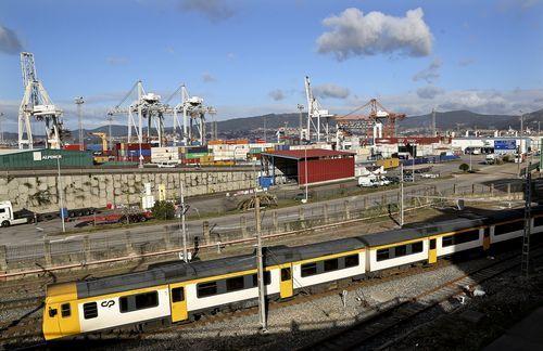 Tren de Oporto a su paso por el puerto de Guixar en Vigo